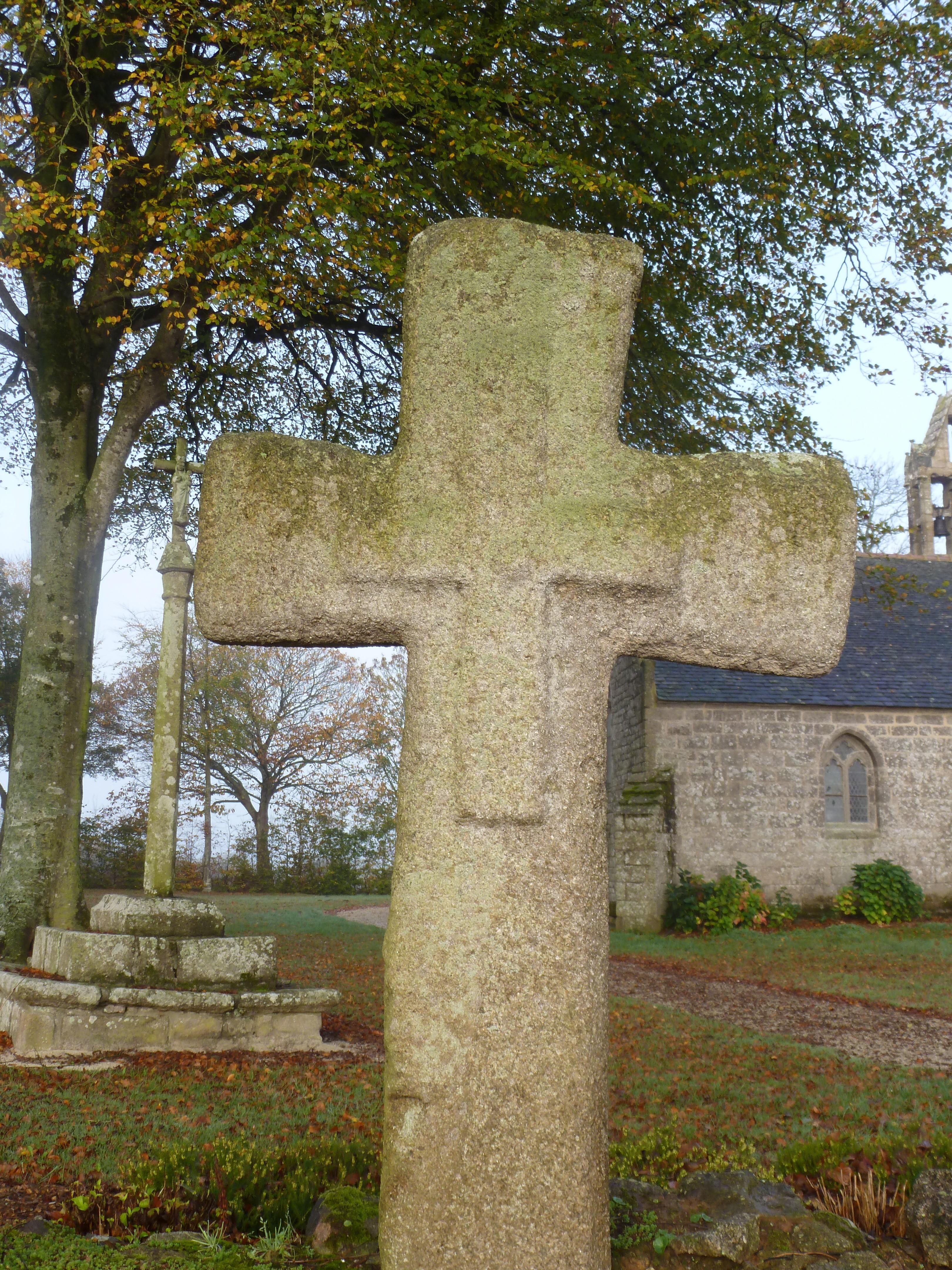 croix dans le mur de l'enclos
