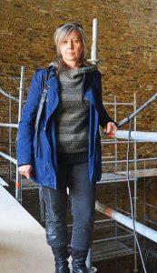 Dominique Lizerand, qui coordonne le chantier, sur l'une des passerelles métalliques suspendues qui permettront bientôt aux visiteurs de traverser le logis ouest.